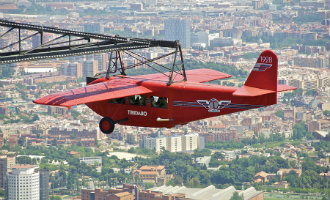 Historisch vliegtuig bij het Tibidabo pretpark in Barcelona weggehaald