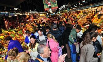 Met toeristen gevulde La Boqueria markt in Barcelona staat grote groepen toeristen niet meer toe