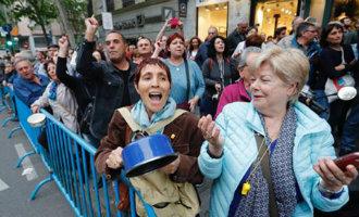 Honderden Spanjaarden demonstreren voor het PP hoofdkantoor in Madrid