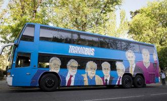 Politieke partij Podemos laat bus met corrupte politici door Madrid rijden