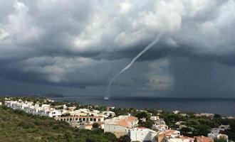 Het eiland Menorca geteisterd door een spectaculaire waterhoos en tornado (video)