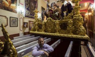 Nederlandse Hoteleigenaar Loopt Mee Met Semana Santa Processie In Málaga