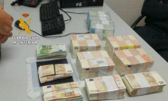 Politie houdt in Mijas een Britse man aan die in zijn auto 345.000 euro vervoerde