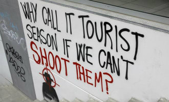 Anti toeristen graffiti gesignaleerd nabij het Park Güell in Barcelona