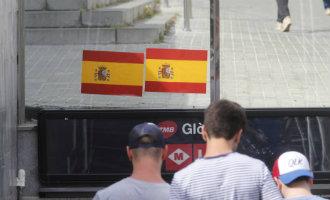 Straatmeubilair in het Catalaanse Barcelona beplakt met Spaanse vlaggen