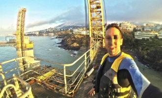 Man beklimt het vastgelopen platform bij Benalmádena en maakt meerdere selfies