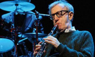 Woody Allen komt voor een optreden naar het Cap Roig muziekfestival in Girona