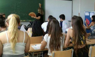 Schoolkinderen Spanje worden aangeraden zelf van papier waaiers te maken om de hitte te bestrijden