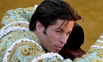 Groep Spanjaarden beledigt en slaat stierenvechter José Antonio Canales Rivera in elkaar in Cádiz