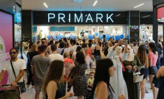 Primark feestelijk en druk met eerste kopers geopend in Tarragona
