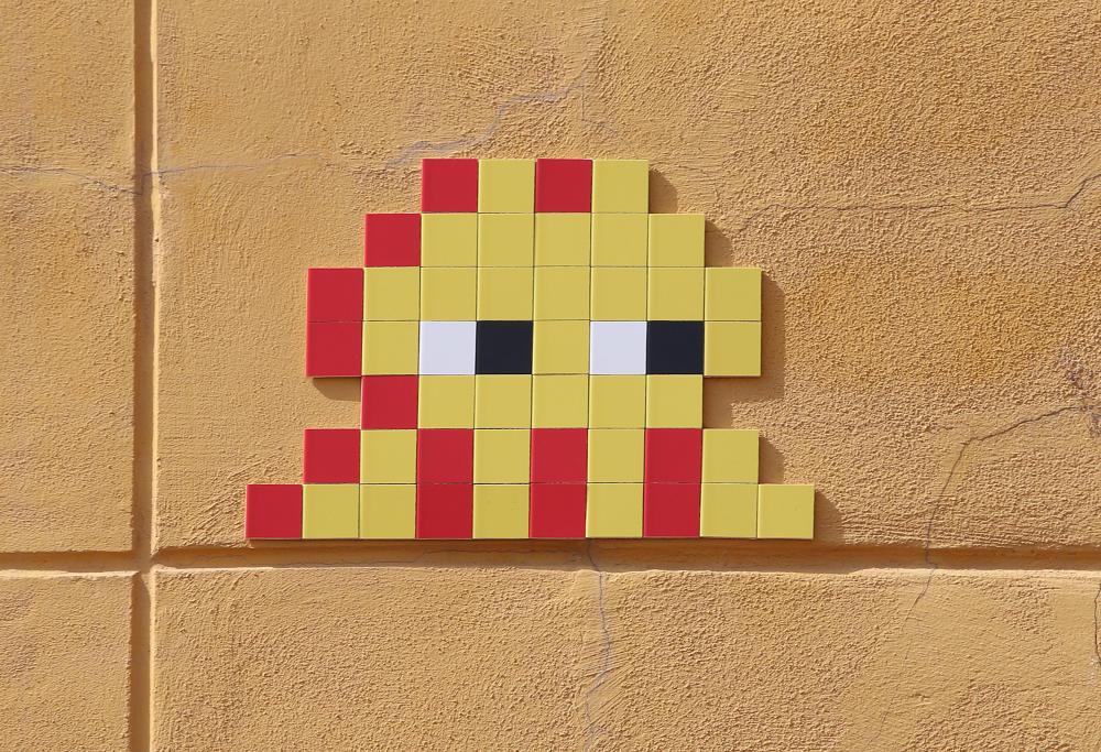 Málaga stad bezaaid met moderne straatkunst van kunstenaar Invader