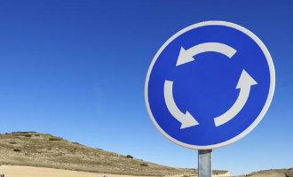 De Spaanse politie probeert Spanje nogmaals uit te leggen hoe men op een rotonde moet rijden (video)