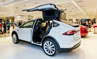 Tesla auto's tijdelijk te koop bij de El Corte Inglés in Puerto Banus