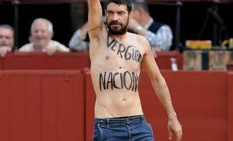 Nederlandse activist rent stierenvechtersarena binnen in Pamplona
