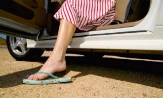 Nee, het is niet illegaal om met slippers aan of shirtloos auto te rijden in Spanje maar veilig is het niet