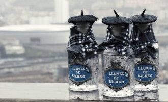 Slimme ondernemer verkoopt succesvol via internet en in flesjes de regen uit Bilbao