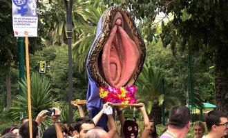 Spaanse vrouwen veroordeeld voor het dragen van een enorme grote plastic vagina door Sevilla