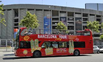 Vier mannen vallen toeristische dubbeldeksbus aan en plaatsen graffiti tegen het toerisme in Barcelona
