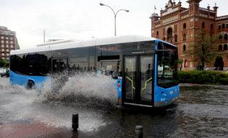 Enorme waterhoos zorgt voor problemen bij het vliegveld, de metro, wegen en ziekenhuizen in Madrid