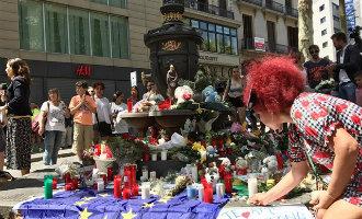 Inwoners en toeristen leggen bloemen, kransen, tekeningen, beertjes en kaarsen op de Ramblas in Barcelona