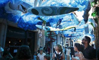 Fiestas de Gràcia viert 200 jarig jubileum met extra veel kleur en verrassende decoraties in Barcelona