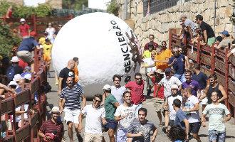 Een gewonde bij Indiana Jones achtig feest met een grote bal in plaats van een stier nabij Madrid