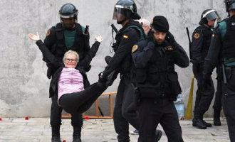 Politie ontruimt manifestanten en stemmers van alle leeftijden bij stemlokalen in Catalonië (2017)