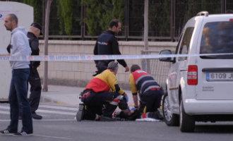 Man schiet voor een schoolgebouw en in bijzijn van kinderen zijn vrouw in het hoofd in Alicante