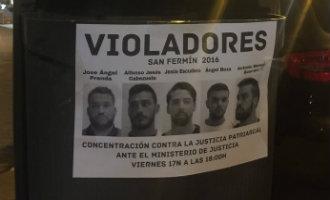 """Verdachten van groepsverkrachting """"la manada"""" in Pamplona voor de rechter"""