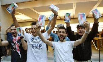 Lange rijen wachtende mensen bij Apple winkels in Madrid en Barcelona om de iPhone X te kopen