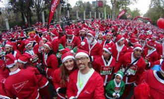 7.000 kerstmannen rennen voor een goed doel door de stad Madrid