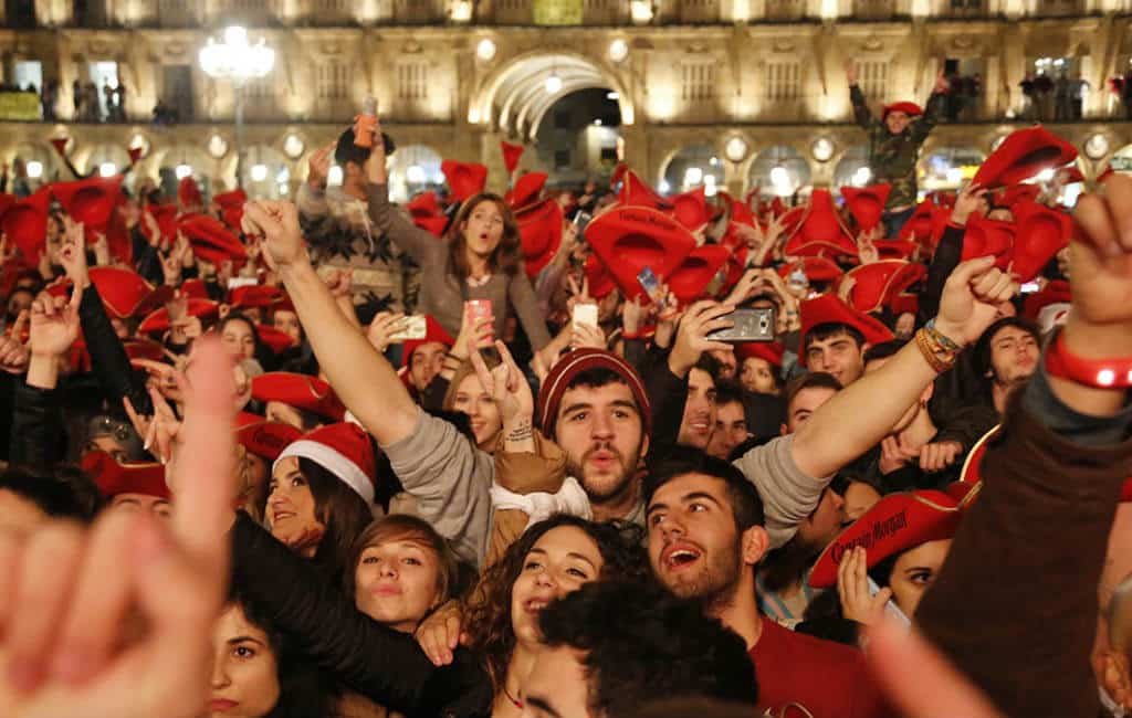 Studenten universiteitsstad Salamanca vieren vervroegd oudejaarsfeest