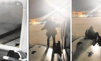 Ryanair passagier verlaat na vertragingen via de nooduitgang en vleugel een vliegtuig in Málaga (video)