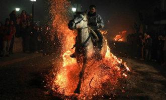 Met paarden door het vuur springen als reinigingsritueel in Ávila (video)