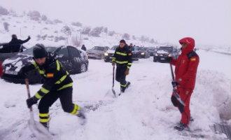 Besneeuwde AP-6 snelweg opnieuw gesloten maar honderden autorijders zijn bevrijd
