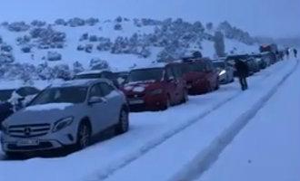 Spaanse leger moet honderden mensen redden van besneeuwde snelweg in Segovia