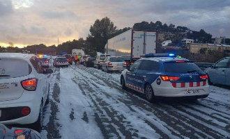 Waterhoos voor de kust van Tarragona en witgekleurde AP-7 snelweg vanwege hagel