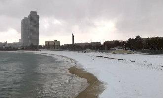 Sneeuw op het strand en bergen van Barcelona (foto's)