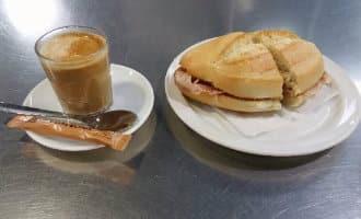"""Het ontstaan van het ontbijtbroodje """"pitufo"""" in Málaga"""