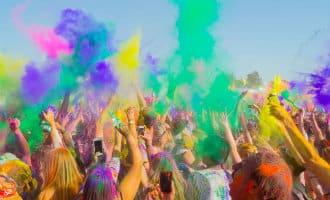 Spanje is ook in de ban van het hindoeïstische en kleurrijke Holifeest