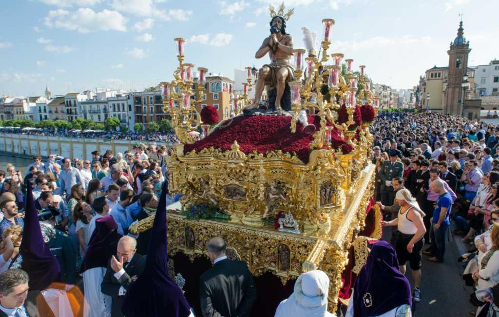 Elk jaar in de week voor Pasen viert men in Spanje de Semana Santa die op veel plaatsen gepaard gaat met emotionele processies.