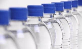 Flessen water op Spaanse vliegvelden mogen niet duurder zijn dan één euro