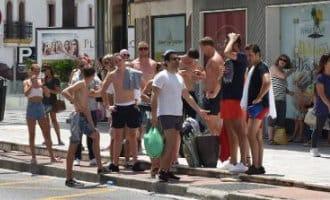 Politie Marbella gaat deze zomer mensen met ontbloot bovenlichaam beboeten