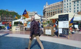 Politie Barcelona verwijdert tenten van daklozen en separatisten op de Plaza Catalunya in Barcelona