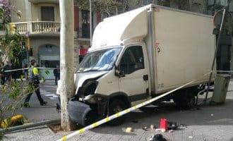 Vrachtwagen rijdt motorrijder en vijf voetgangers omver in Barcelona (foto's)