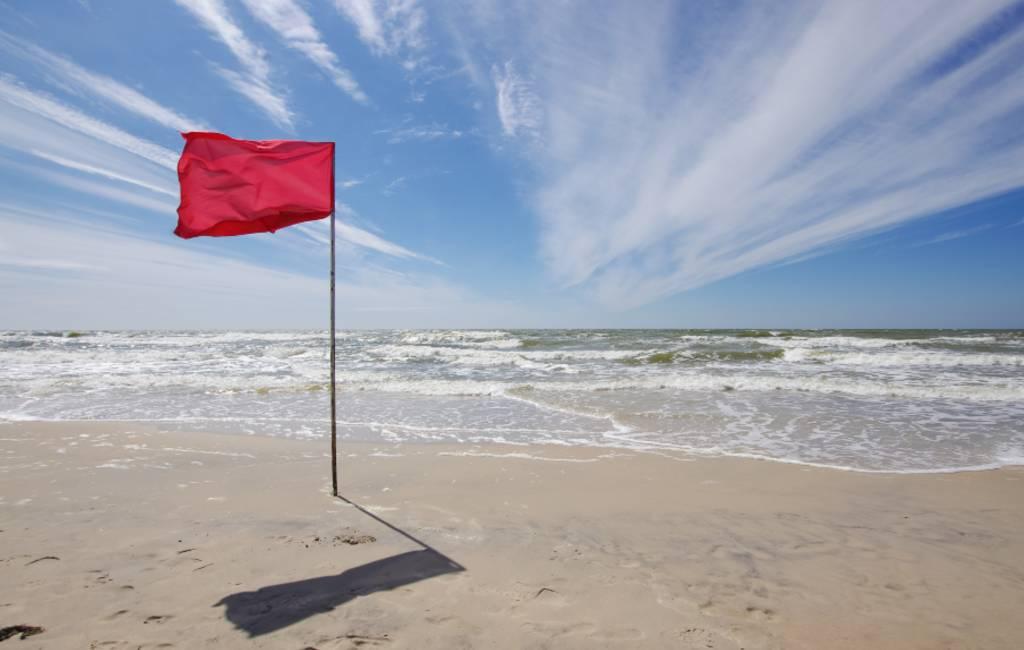 De betekenis van de gekleurde vlaggen op de Spaanse stranden