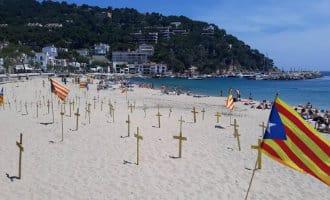 Spanningen lopen hoog op bij Catalaanse stranden vanwege gele separatisten kruisen