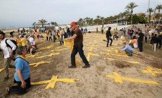 Van gele separatisten sjaals naar Spaanse vlag handdoeken in Catalonië