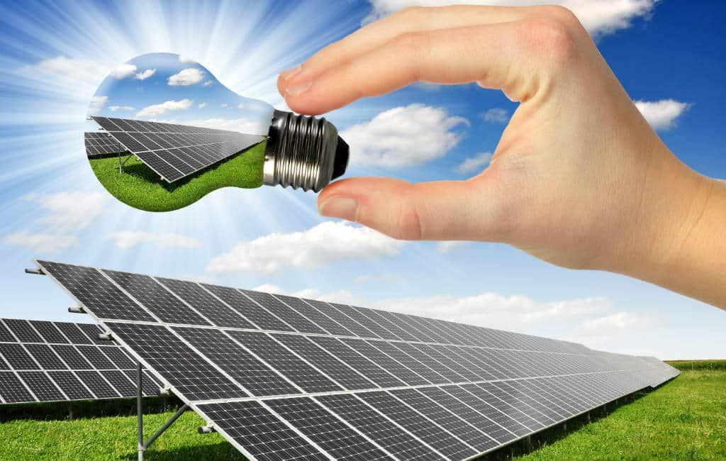 Californië (VS) verplicht zonnepanelen bij nieuwe huizen terwijl Spanje dit nog steeds bestraft