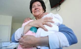 Kersverse 64-jarige moeder moet tweeling afstaan